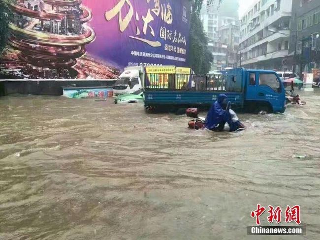 Bão Megi tàn phá Trung Quốc, thổi bay cả người, nhà, tủ lạnh... trên đường phố - Ảnh 8.