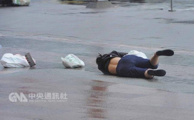 Bão Megi tàn phá Trung Quốc, thổi bay cả người, nhà, tủ lạnh... trên đường phố - Ảnh 12.