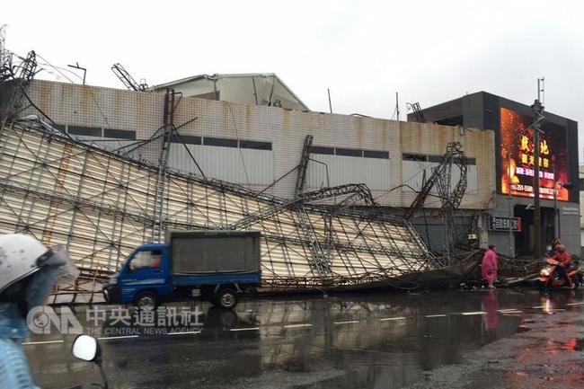 Bão Megi tàn phá Trung Quốc, thổi bay cả người, nhà, tủ lạnh... trên đường phố - Ảnh 17.