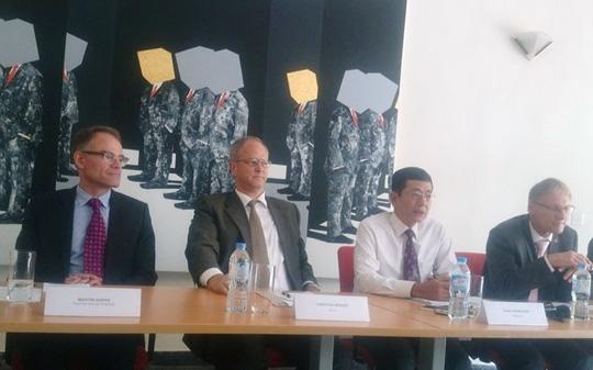 Phó Đại sứ Đức, TS Wolfang Manig (bìa phải) tại cuộc họp báo