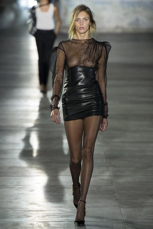 Dàn mẫu ngực trần catwalk trong show Saint Laurent