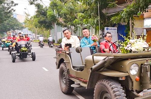em-gai-huynh-phuc-dien-duoc-chu-re-ruoc-bang-doan-moto-3