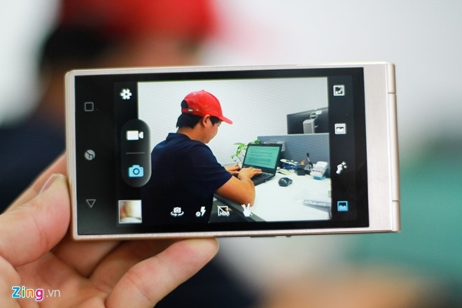 Smartphone Nhat co 2 man hinh, nap gap sap ban tai VN hinh anh 13