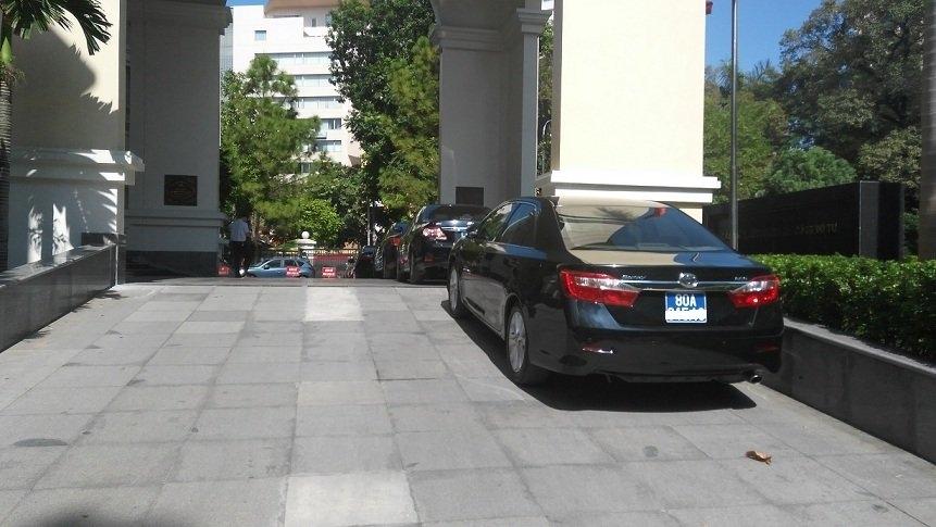 bộ tài chính, thứ trưởng đi taxi, khoán xe công, xe công, lái xe công