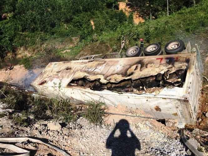 Xe rơ-moóc lật nhào, xe cháy, tài xế tử nạn