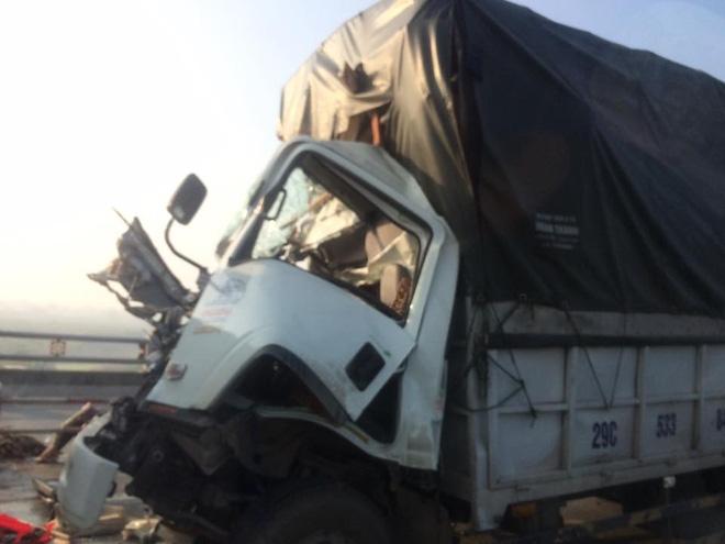 Xe tải nát đầu, tài xế tử vong sau va chạm trên cầu Thanh Trì - Ảnh 1.