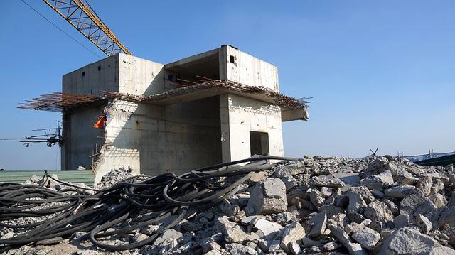 Hệ thống dầm, cột bê tông, tum thang máy bắt đầu được phá dỡ theo tiến độ chỉ đạo của thành phố.