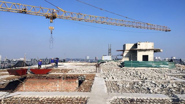 Toàn bộ phế liệu, đặc biệt là các dầm, cột bê tông sau khi cắt phá sẽ được vận chuyển xuống dưới bằng cẩu trục tháp.