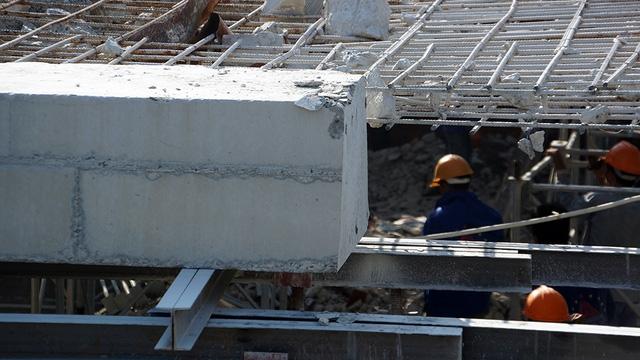 Từng khúc bê tông được cắt rời.