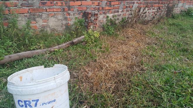 Giận vợ, pha thuốc diệt cỏ vào nước đường cho con gái uống - Ảnh 2.