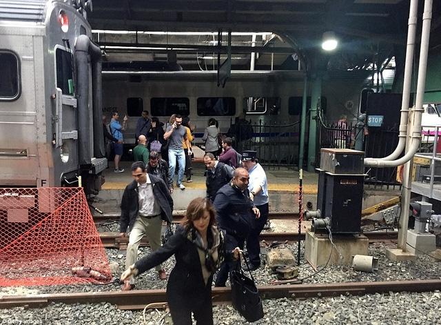 Đoàn tàu dường như đã bị trật bánh rồi lao qua hàng rào soát vé và đâm vào khu vực sảnh chờ của ga Hoboken.