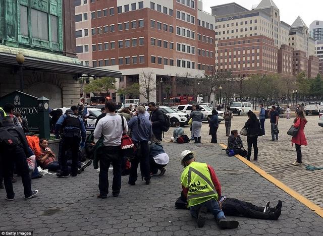 Người bị thương nằm la liệt gần hiện trường vụ tai nạn.