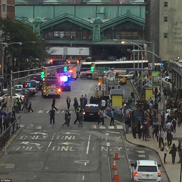 Các phương tiện khẩn cấp đậu gần hiện trường.