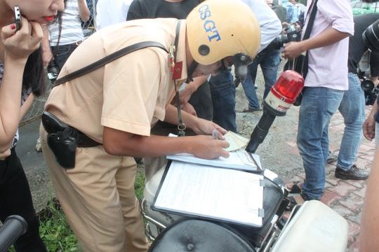 CSGT đang lập biên bản xử phạt các chủ phương tiện vi phạm vào sáng 29-9