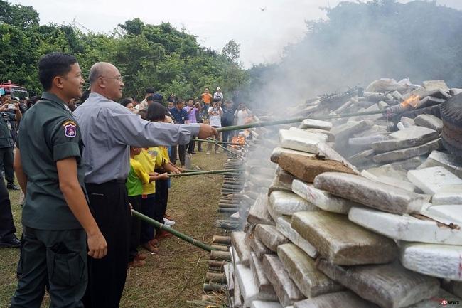 Thái Lan: Điều động học sinh đi đốt 8 tấn cần sa - Ảnh 2.
