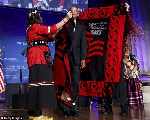 Tại hội nghị, Tổng thống Obama được vinh danh bằng một nghi lễ thú vị của các bộ tộc thiểu số, đó là được trao cho một chiếc mũ đan và một chiếc áo len. (Ảnh: Getty)