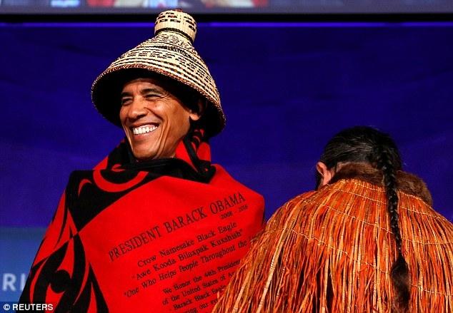 """Ông Brian nói rằng chiếc chăn đặc biệt này có tên là """"Giai điệu của đất"""" và Đệ nhất phu nhân Michelle Obama cũng được trao một chiếc chăn tương tự. (Ảnh: Reuters)"""