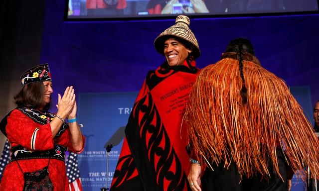 Các thành viên đến từ các bộ tộc khác nhau đã cùng chơi trống và vỗ tay theo nhạc để vinh danh tổng thống. Ông Obama đã cởi mũ sau 20 giây, còn chiếc chăn được ông giữ lại trên người lâu hơn một chút. (Ảnh: Reuters)