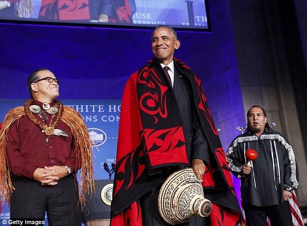 """""""Thật là một vinh dự tuyệt vời và một cử chỉ tốt đẹp với bài hát, chiếc chăn và chiếc mũ"""", ông Obama nói, đồng thời nhấn mạnh rằng hội nghị là một sự kiện """"cảm động"""", cho thấy tình hữu nghị giữa các bộ tộc thiểu số. (Ảnh: Getty)"""