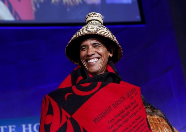 """""""Phải nói rằng tôi rất vui vì mọi người cũng cho vợ tôi, Michelle, một chiếc chăn. Nếu không cô ấy sẽ lấy mất của tôi"""", Tổng thống Obama hài hước nói. (Ảnh: Reuters)"""