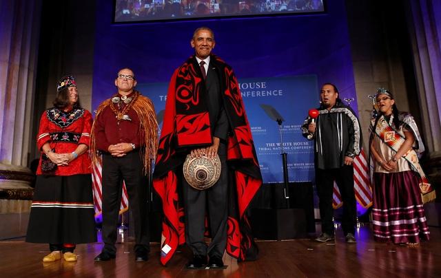 """Với việc đội một chiếc mũ lên đầu mình, Tổng thống Obama đã tự phá vỡ quy tắc """"không đội mũ"""" mà ông tuân thủ bấy lâu nay. Nhà lãnh đạo Mỹ từ trước đến nay thường không đội mũ vì có một quy tắc không chính thức rằng tổng thống không nên đội mũ ở nơi công cộng, theo Politico. (Ảnh: Reuters)"""