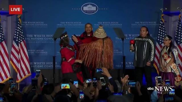 """""""Đó là quy tắc chung: Bạn không nên đặt bất kỳ thứ gì lên đầu nếu bạn là tổng thống. Đó là quy định đầu tiên về chính trị"""", Tổng thống Obama nói vào thời điểm năm 2013 khi đội bóng của Học viện Hải quân Mỹ tặng ông một chiếc mũ bảo hiểm. """"Bạn không bao giờ trông phong độ khi đội một thứ gì đó trên đầu"""", ông Obama nói. (Ảnh: ABC News)"""