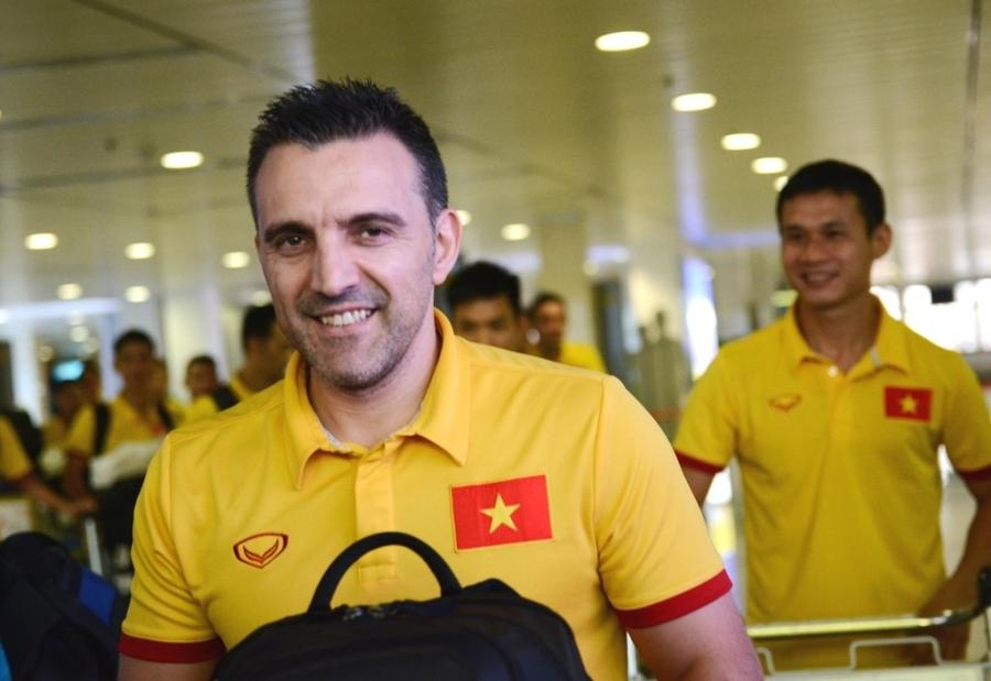 Lúc trở về Việt Nam, HLV Bruno còn rất vui vẻ, thân thiện với người hâm mộ.