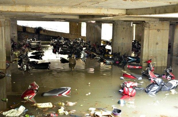 xe máy, xe máy bị ngập nước, x chìm sâu trong nước, xe chết máy, hỏng xe, sửa chữa xe máy, mưa lớn tại TP.HCM