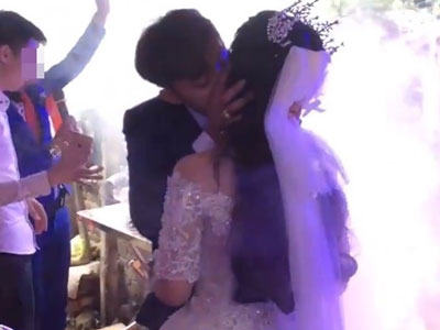 Người đăng clip cô dâu chú rể hôn nhau không dứt trong đám cưới lên tiếng!