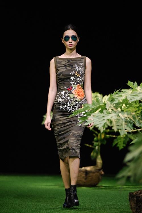 Người mẫu Việt để ngực trần trong show Cao Minh Tiến
