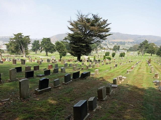 17 nghĩa địa nằm trong thị trấn chỉ vỏn vẹn 5km2.