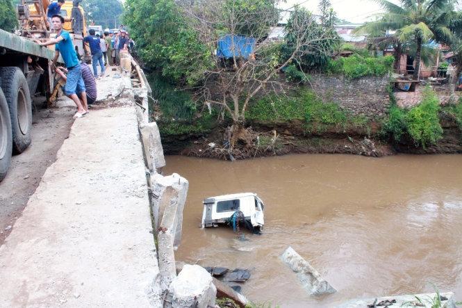 Tông sập lan can cầu, xe đầu kéo rơi xuống sông