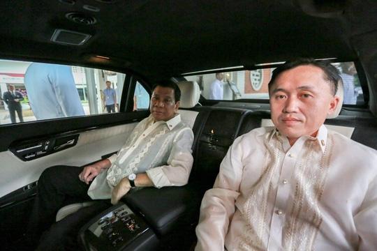Tổng thống Rodrigo Duterte trong xe cùng Trợ lý đặc biệt Christopher Lawrence trong chuyến thăm Việt Nam. Ảnh: Inquirer