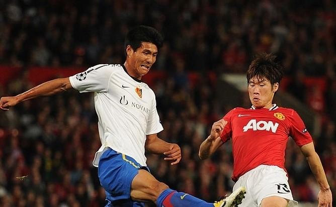 Parl Kwang Riong khi khoác áo Basel chạm trán với Park Ji Sung của MU.