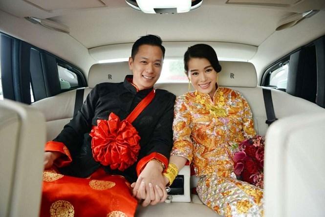 Hồ Hạnh Nhi và chồng trong ngày cưới. /// Ảnh: Chụp màn hình Sina