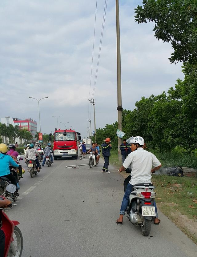 Lực lượng PCCC điều xe và chiến sĩ đến hiện trường dập lửa