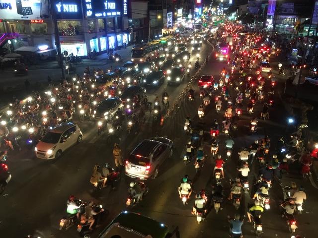 Hàng chục CSGT được huy động để điều tiết, giải tỏa giao thông tại ngã tư Thủ Đức, TPHCM tối 1/10.