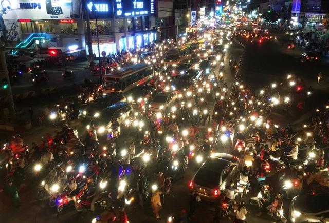 Hàng nghìn phương tiện xếp hàng dài trên đường Lê Văn Việt, quận 9...