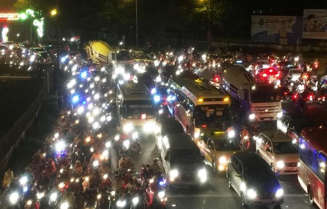 Đường Võ Văn Ngân, quận Thủ Đức cũng kẹt cứng phương tiện, chờ thoát khỏi kẹt xe ở ngã tư Thủ Đức.