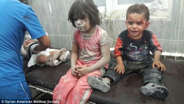 Đau lòng trước hình ảnh cậu bé Syria người đầy máu tuyệt vọng ôm chặt lấy y tá không chịu buông sau trận không kích - Ảnh 4.