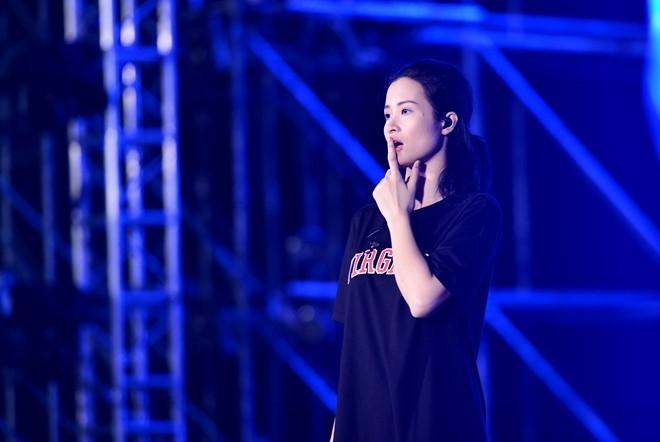 Dong Nhi bat khoc khi thay san khau liveshow hoanh trang hinh anh 3