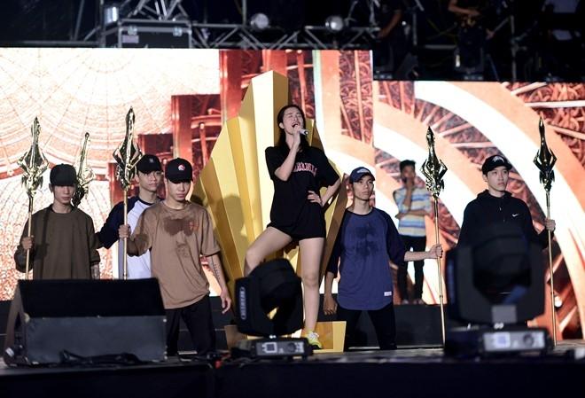 Dong Nhi bat khoc khi thay san khau liveshow hoanh trang hinh anh 4