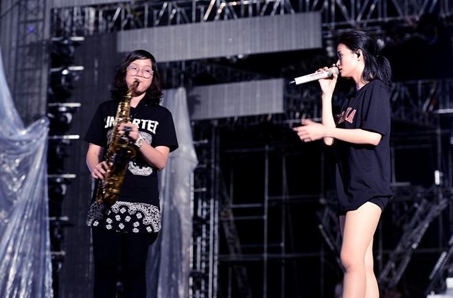 Dong Nhi bat khoc khi thay san khau liveshow hoanh trang hinh anh 5
