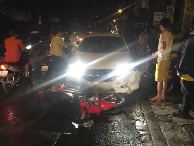 Hà Nội: Ô tô 4 chỗ đâm liên tiếp 3 xe máy trong đêm, 4 người bị thương - Ảnh 1.