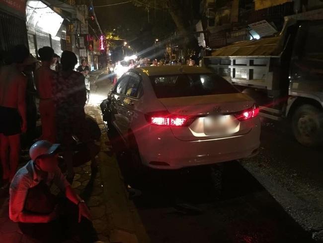 Hà Nội: Ô tô 4 chỗ đâm liên tiếp 3 xe máy trong đêm, 4 người bị thương - Ảnh 2.
