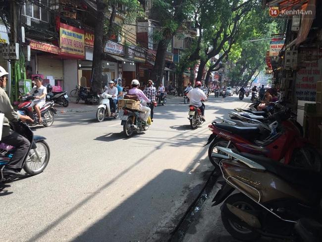 Hà Nội: Ô tô 4 chỗ đâm liên tiếp 3 xe máy trong đêm, 4 người bị thương - Ảnh 3.