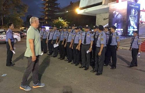 Các nhân viên bảo vệ