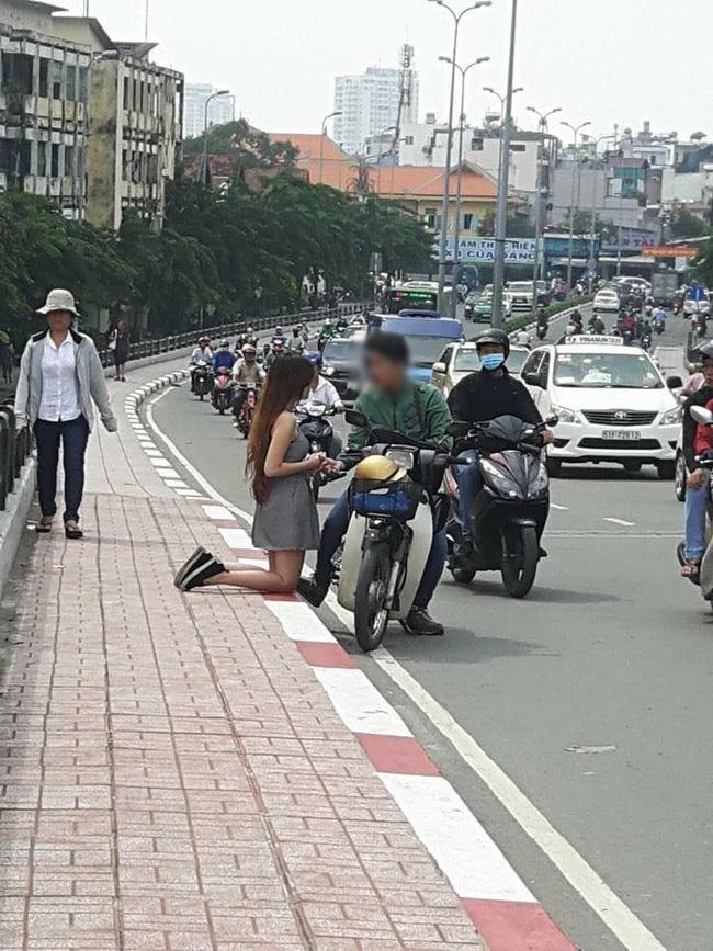 Hình ảnh hot nhất ngày: Cô gái quỳ giữa sân trường, ôm tấm biển Em xin lỗi, em đã phản bội anh - Ảnh 1.