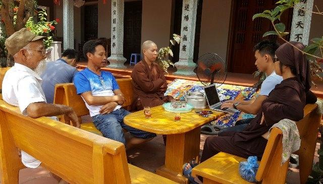 Đại diện chính quyền địa phương và Nhà chùa Mễ Sở trao đổi sự việc với phóng viên. Ảnh: Cao Tuân