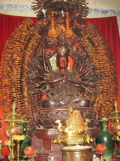 Tượng Quán Thế Âm tôn thờ tại chùa Mễ Sở (huyện Văn Giang - Hưng Yên) có 1.113 tay và 1.113 mắt. Ảnh tư liệu
